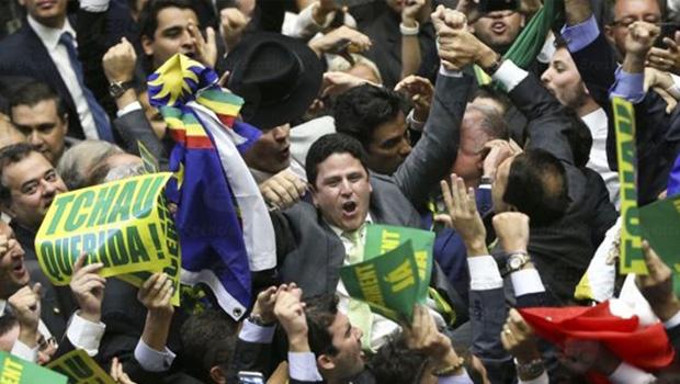Bruno Araújo (centro) é carregado após o voto decisivo:comemoração de futebol | Foto: Reprodução