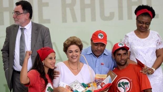Durante anúncio de medidas para fortalecer o desenvolvimento rural, Dilma recebe apoio de representantes de movimentos sociais   Foto: Elza Fiúza/Agência Brasil