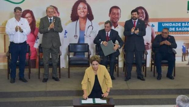 Presidenta Dilma Rousseff participa da cerimônia de anúncio da prorrogação da permanência dos médicos brasileiros formados no exterior e estrangeiros no Programa Mais Médicos   Foto: José Cruz/Agência Brasil