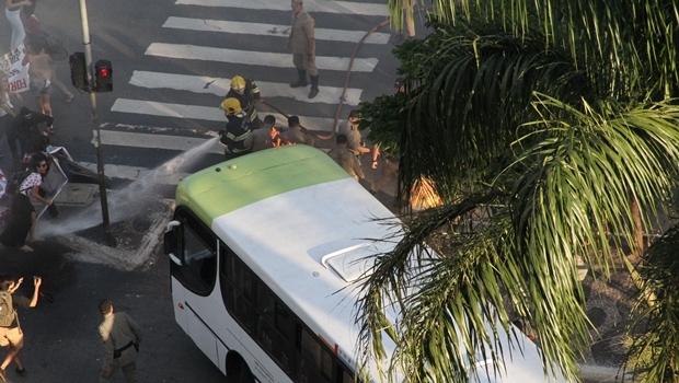 """""""Mascarados queimam pneus na Praça Cívica para impedir escoamento do tráfego no final da tarde de quinta"""", informou a PM   Foto: Comunicação Social PM5"""