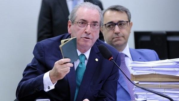 Cunha e seus passaportes dos anos 1980 | Foto: Lúcio Bernardo Jr. / Agência Câmara