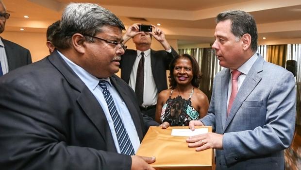 Embaixador de Bangladesh no Brasil, Mohamed Mijarul Quayes, e governador Marconi Perillo (PSDB) discutiram início de acordos comerciais entre o país e Goiás   Foto: Henrique Luiz