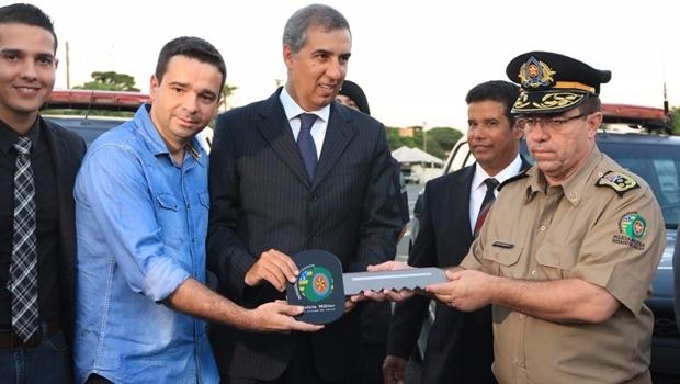 José Eliton entrega chave simbólica ao comandante da PM | Foto: André Saddi