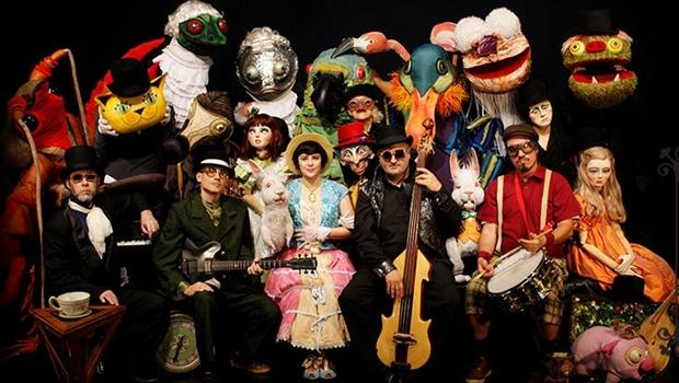 Pato Fu e Grupo Giramundo apresentam espetáculo Alice Live em Goiânia