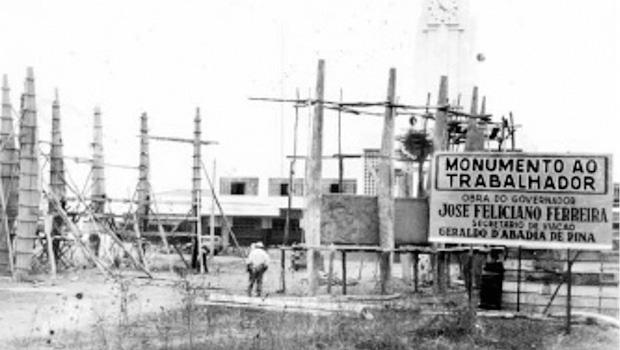 Obra de Elder Rocha Lima ainda em sua fase de construção, em frente à Estação Ferroviária