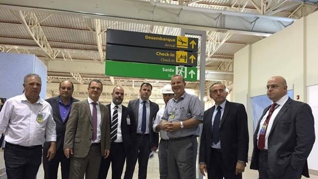 Prefeito Paulo Garcia e o ministro da Aviação Civil visitam o terminal   Foto: Humberto Silva