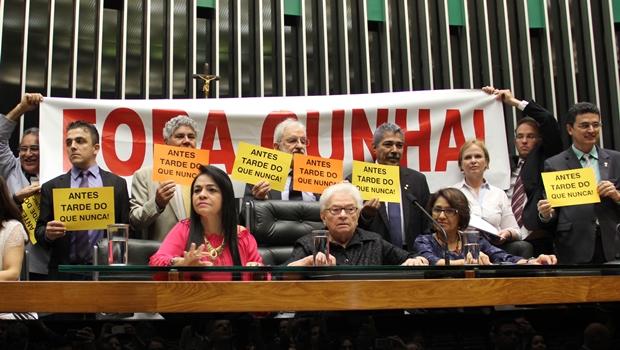"""PSOL """"assume"""" presidência da Câmara após sessão ser cancelada por aliado de Cunha"""