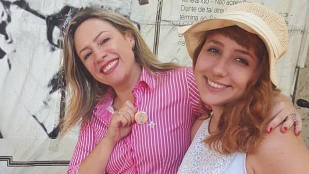 Adriana Accorsi (com a filha verônica) foi assaltada; foi o que bastou para dizerem que deveria ter sido morta | Foto: reprodução / Facebook