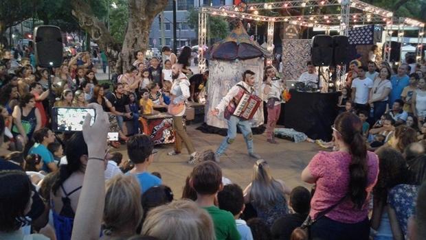 Plateia aproveitou as exibições do espetáculo Corsários Inversos na Praça dos Mamelungos | Foto: Augusto Diniz