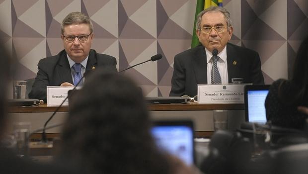 Relator e presidente da Comissão do Impeachment, Antonio Anastasia e Raimundo Lira| Foto: Waldemir Barreto/Agência Senado