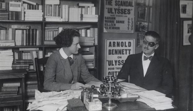 James Joyce e Sylvia Beach, na livraria Shakespeare and Company, em 1922   Foto: Reprodução