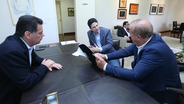 Antes de irem a Palmeiras de Goiás, o governador Marconi Perillo (PSDB) e o ministro Bruno Araújo discutiram com o prefeito Paulo Garcia (PT) parcerias   Foto: Gabinete de Imprensa