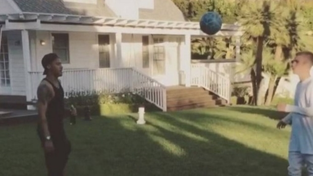 Neymar e Justin Bieber batem bola no quintal do cantor. Veja vídeo