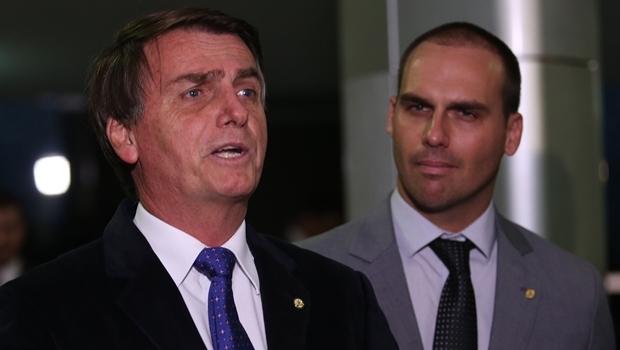 Jair Bolsonaro concede coletiva de imprensa ao lado do filho e também deputado federal, Eduardo | Foto Fábio Rodrigues Pozzebom/Agência Brasil)