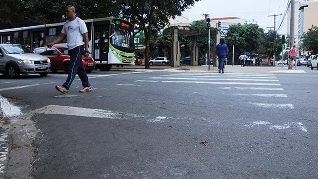 Faixa de pedestre na Avenida Goiás, no Centro de Goiânia:praticamente metade dela já não existe mais   Foto: Renan Accioly