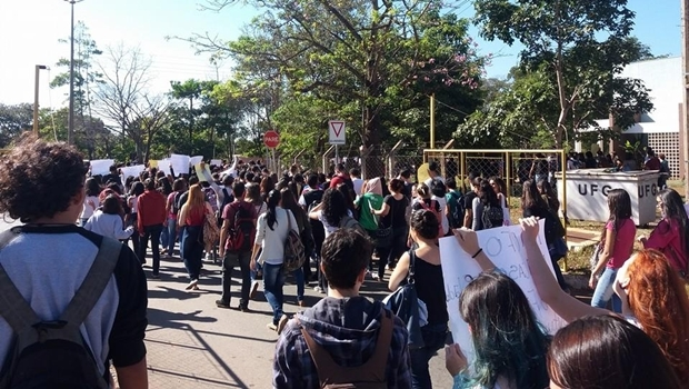 Alunos em protesto direção ao prédio da reitoria | Foto: reprodução / Facebook