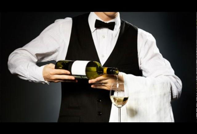 Garçom precisa aprender a apresentar o vinho com informação básica e precisa e até abrir a garrafa
