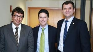 O ministro Bruno Araújo é ladeado por Luiz Stival e Marcos Abrão | Foto: Agehab
