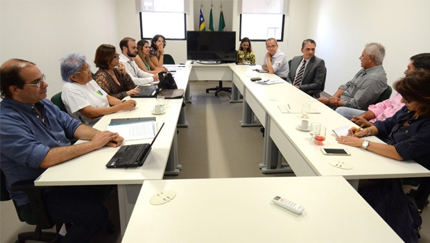 No alto, a 1ª matéria do Jornal Opção contestando o Nexus; acima, reunião do CAU-GO sobre relatório ao MPGO | Foto: Renan Accioly