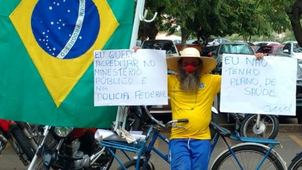 """Homem faz protesto solitário em frente ao Ministério Público: """"Eu não tenho plano de saúde"""""""