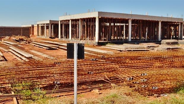 ... com prazo de conclusão em dois anos, mas a construção está longe de ser concluída