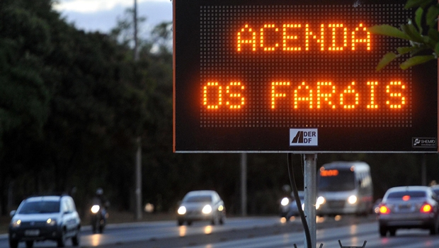 Passa a ser obrigatório o uso de farol baixo em rodovias