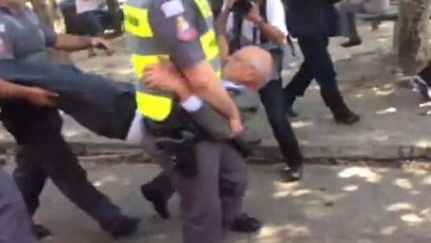 Eduardo Suplicy sai carregado pela polícia durante protesto em SP