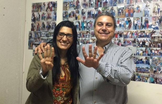 Marcelo Melo e Ana Lúcia postaram foto no Facebook onde representavam com as mãos o número 45   Reprodução