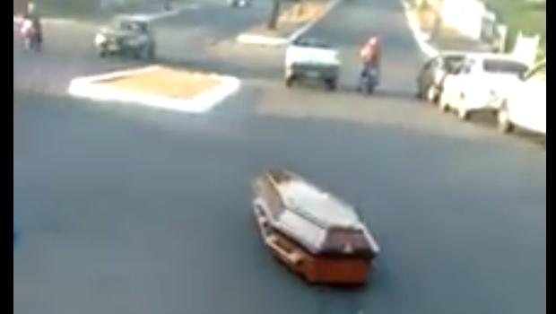 Carro de funerária deixa caixão cair em plena Marginal Cascavel