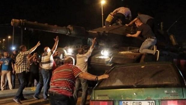 Imagens de turcos resistindo ao avanço militar tomaram conta das redes sociais | Reprodução/Twitter