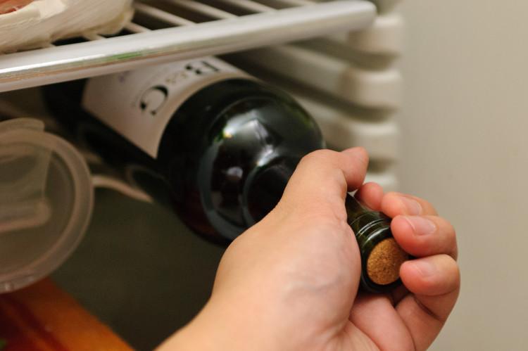 Deve-se guardar a sobra dos vinhos na ou fora da geladeira?