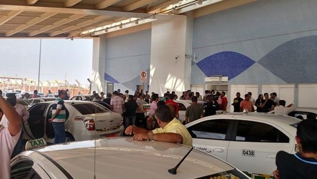 Protesto contra Uber reúne dezenas de taxistas e causa tumulto no aeroporto de Goiânia