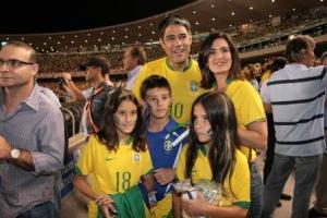 William Bonner e Fátima com os três filhos: unida no futebol, na vida
