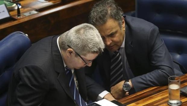 s senadores Antonio Anastasia e Aécio Neves conversam durante sessão que decide se a presidenta Dilma irá a julgamento final no processo de impeachment | Foto:  Antonio Cruz/Agência Brasil