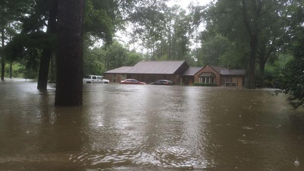 Pastor diz que gays são punidos com desastres naturais e tem casa inundada em enchente