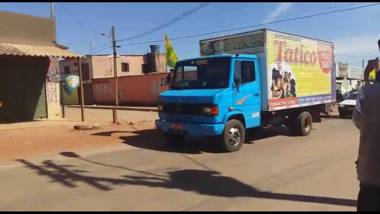 Em Águas Lindas, Ênio Tatico utiliza caminhão de rede de supermercados em campanha