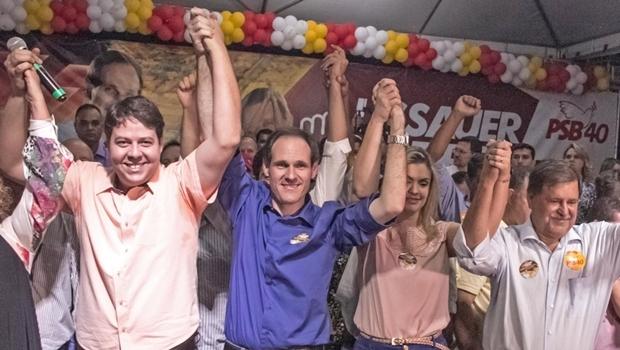 Karlos Cabral, Lissauer Vieira, a esposa, e o prefeito Juraci Martins: palanque inusitado   Foto: reprodução/ Facebook