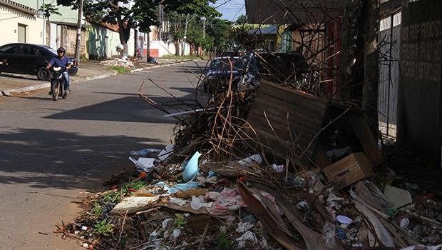 Até hoje Goiânia sofre os efeitos da queda de qualidade na limpeza urbana, depois que o peemedebista Iris Rezende tirou o serviço terceirizado na área e passou à Comurg, desmonte que começou em 2005