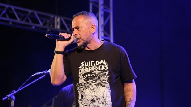 Gazu, vocalista do Os Cabeloduro (DF), mostrou a força do punk no festival | Foto: Bruna Aidar/ Jornal Opção