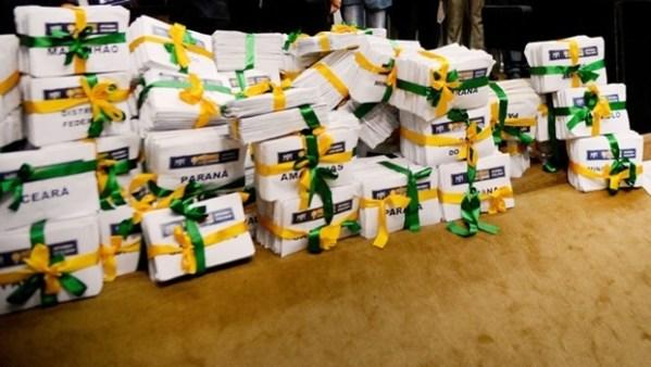 Assinaturas sendo entregues ao Congresso Nacional   Foto: Wilson Dias/ ABr