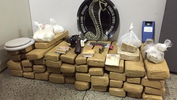 Polícia apreende mais de 360 kg de drogas, arma e munições