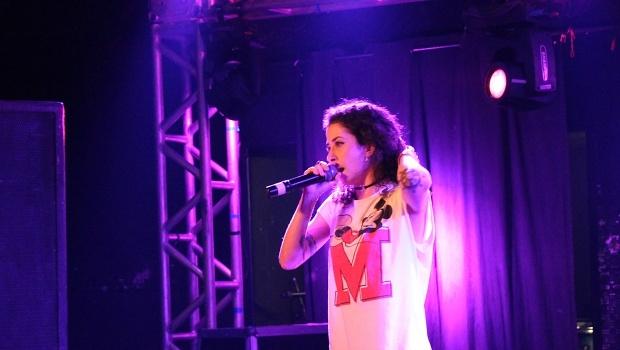Jade, do grupo de rap VMG, conquistou o público com sua presença e rimas | Foto: Bruna Aidar/ Jornal Opção