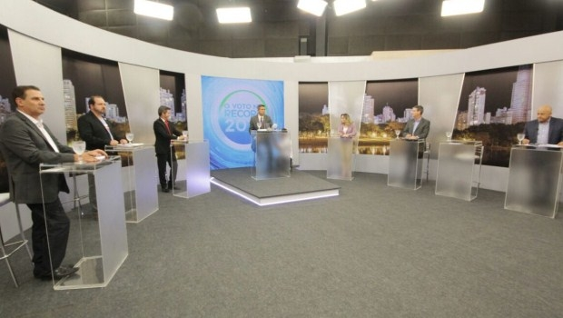Candidatos durante debate | Foto: Divulgação