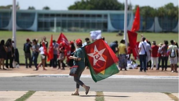 Manifestantes pró-Dilma se reúnem em frente ao Palácio da Alvorada para acompanhar saída da ex-presidente da residência oficial | Foto: José Cruz/Agência Brasil