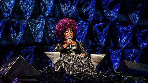 Elza Soares chega a Goiânia para cantar – e lutar – até o fim