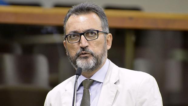 Deputado diz que, mesmo sem cargo oficial, Dona Íris comanda mais que o marido