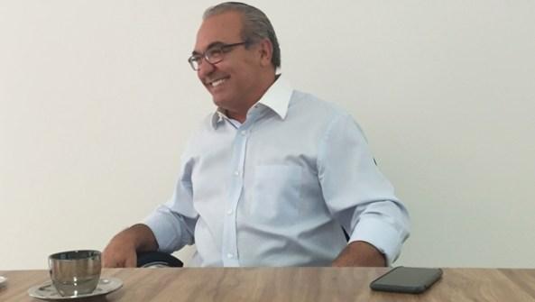 Prefeito Jânio Darrot em momento de descontração durante entrevista nesta sexta-feira (2/9) | Foto: Alexandre Parrode