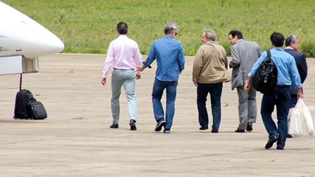Eike Batista e Lula, com outras pessoas, se dirigem a jatinho: ex-presidente diz que teve pouca relação com o empresário que foi altamente beneficiado nos esquemas do BNDES