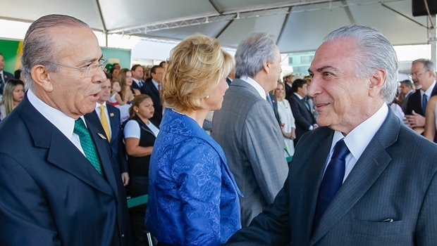Presidente Michel Temer cumprimenta o ministro Eliseu Padilha | Foto: Beto Barata/PR