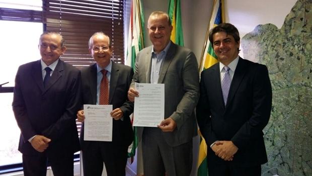 Presidente da Câmara Municipal, Anselmo Pereira (PSDB), presidente do TCM-GO, Honor Cruvinel, prefeito de Goiânia, Paulo Garcia (PT) e procurador-geral do MP, Lauro Machado | Foto: Divulgação